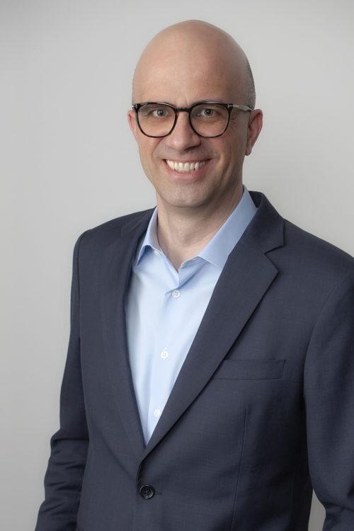 Bewerbungsfoto Person mit Glatze